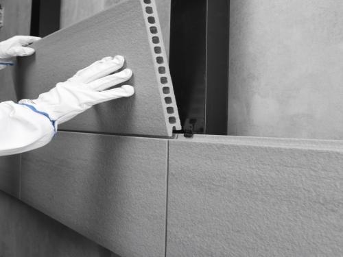 Aplicação da fachada ventilada com grampo oculto. Imagem: Grupo Greco Gres