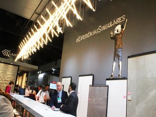 Arte em stencil no estande da Level Acabamentos na Expo Revestir